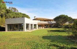 Этот фантастический и роскошный дом в центре городка Бальроманес расположен на большом и абсолютно ровном участке