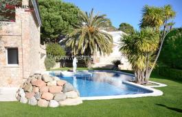 Casa de lujo en Cabrils. Jardín de 1553m2 y espectaculares vistas al mar. Piscina rodeada de palmeras. El interior con acabados de alta gama