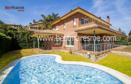 Luxury with fantastic sea views. Pool with gresite tiles in the garden and summer porch