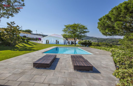 Espaciosa y elegante casa en parcela doble con vistas espectaculares y ubicada en la zona más exclusiva de Alella, a solo 15 km del centro de Barcelona.