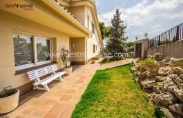 Xalet unifamiliar espaiós situat en zona residencial de Teià envoltat de jardins