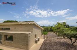 Luxury Minimalist style, with lots of privacy. High quality finishes both interior and exterior. Sea views