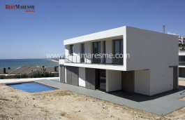 Spectacular views to the sea and the marina, modern in an avant-garde design, has a garden and terrace