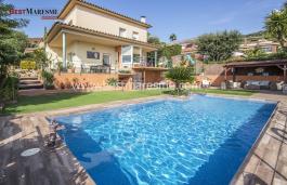 Gran terrassa amb piscina i un còmode porxo amb vistes panoràmiques al mar i a la muntanya