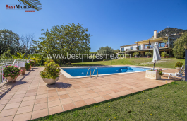 Fantastic luxury house distributed on one floor plus basement and garage, located in a residential area near town center of Cabrera de Mar