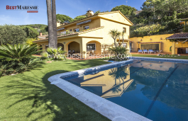 Mediterranean Style with stunning sea and mountain views. Pool, porch and barbecue