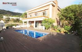 Situada en Urbanización privada de Teià, Sant Berger, con vigilancia las 24 horas del día, cerca de Club de tenis y Pitch & Putt