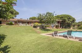 Дом на продажу, спроектированный известным каталонским архитектором и градостроителем Луисом Канталлопс в 70-х годах в городке Сант Андреу де Льяванерес, на Северном побережье Барселоны, является архитектурной жемчужиной с уникальной индивидуальностью.