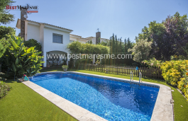 Beautiful detached house in a privileged area in Vilassar de Dalt. The house is surrounded by a fantastic garden with swimming pool