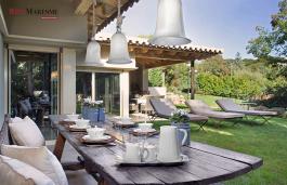 Ubicada dentro de un recinto muy privado que consta de: La parcela de la casa principal de 2.217 m2 y la de la casa de invitados de 1.036 m2