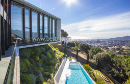X house, luxury in Cabrils designed to contemplate the spectacular views of the sea through the glass walls