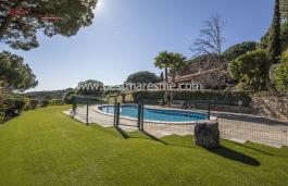 Элегантная одноэтажная вилла в классичесокм средеземноморском стиле в одном из самых элитных и зеленых районов Северного побережья Барселоны.