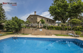 Beautiful farmhouse of 400m2 built on a rustic land of 100000m2, which is mostly flat