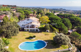 DREAM HOUSE WITH SEA VIEWS. Sober and elegant, located in a viewpoint in one of the most prestigious urbanizations of Sant Andreu de Llavaneres
