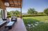 Bonita casa que combina la obra vista con madera. Salón acristalado con vistas al jardín y al mar. Bodega, gimnasio con jacuzzi